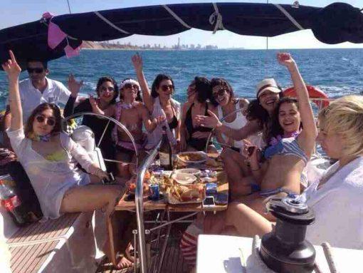 קבוצת בחורות במפרשית