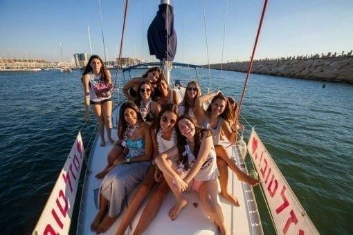 בחורות על סיפון יאכטה