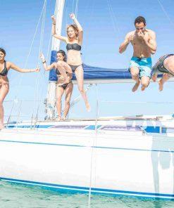 קבוצה קופצים למים מיאכטה